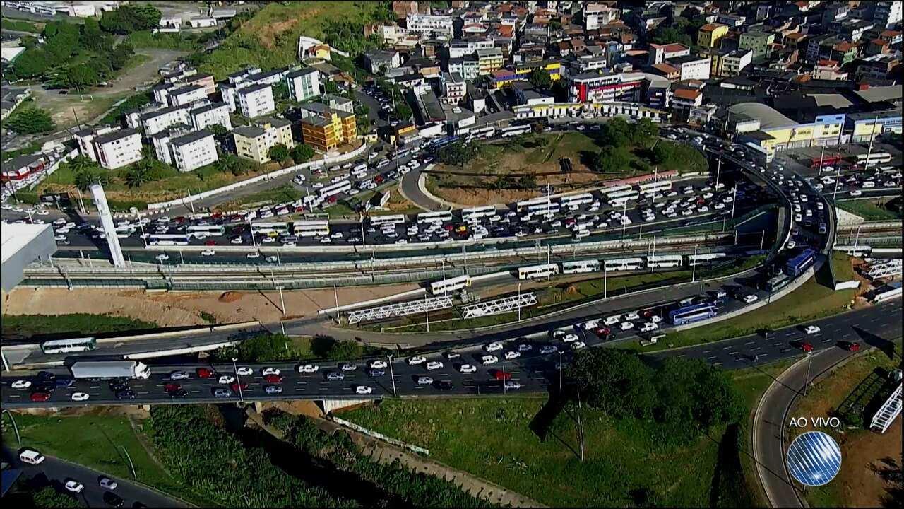 Motoristas enfrentam trânsito lento na região da rodoviária de Salvador