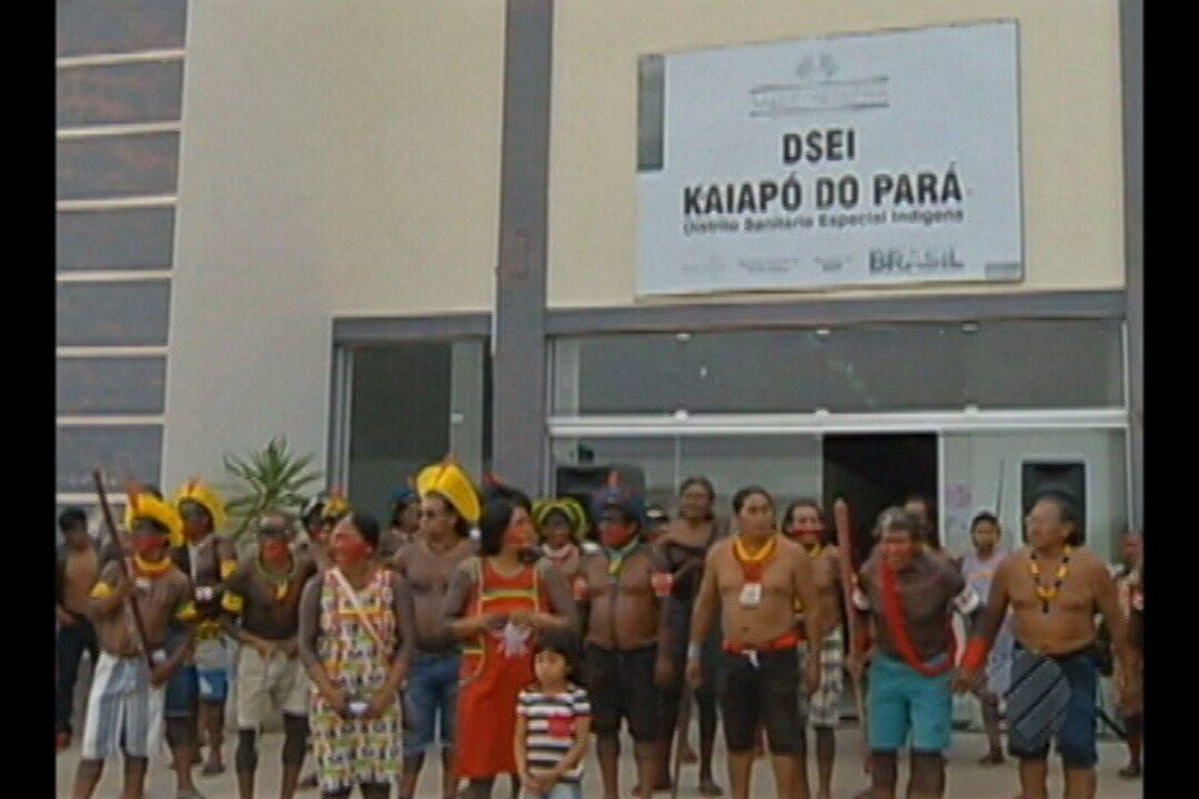 Índios Kaiapó fazem protesto em frente à sede do distrito sanitário indígena