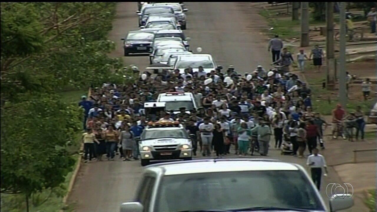 Corpo de estudante morta a tiros em colégio é enterrado em Alexânia