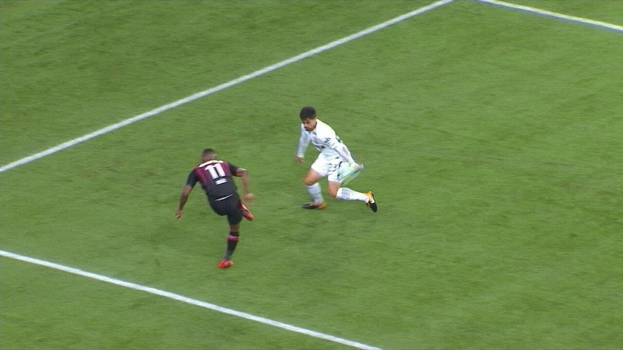Pênalti! Nikão tenta o cruzamento, a bola explode no braço de Fágner, aos 31' do 1º tempo