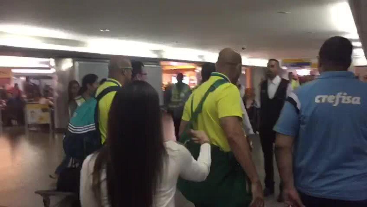 2 - Egídio xinga torcedor em aeroporto e é multado pela diretoria palmeirense