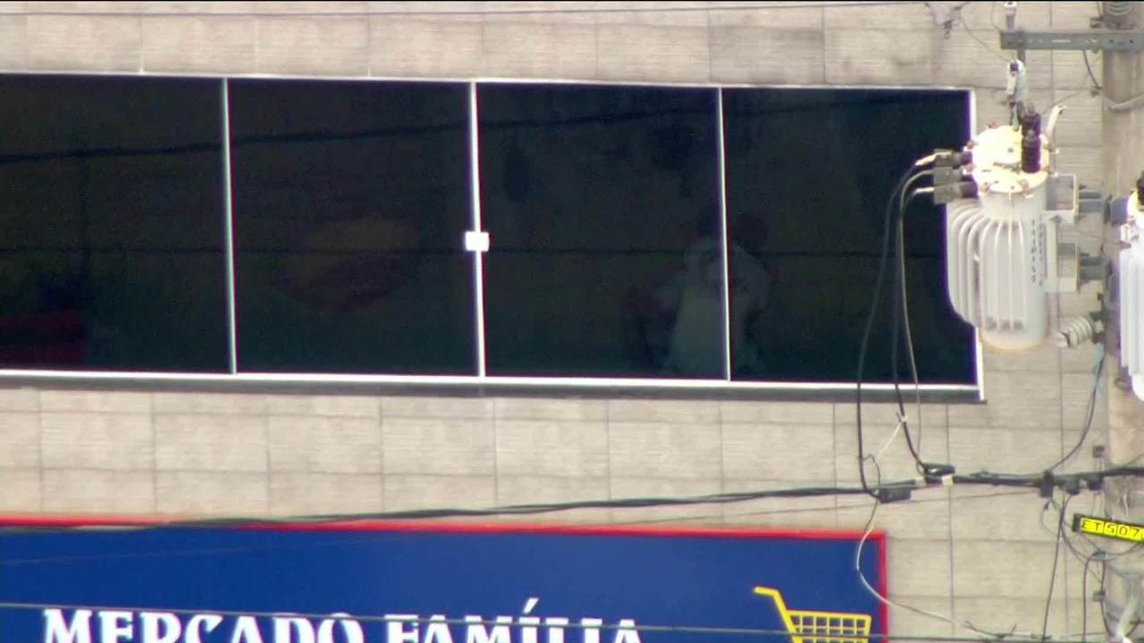 Bandido faz homem refém após tiroteio e tentativa de assalto a carro-forte em São Paulo