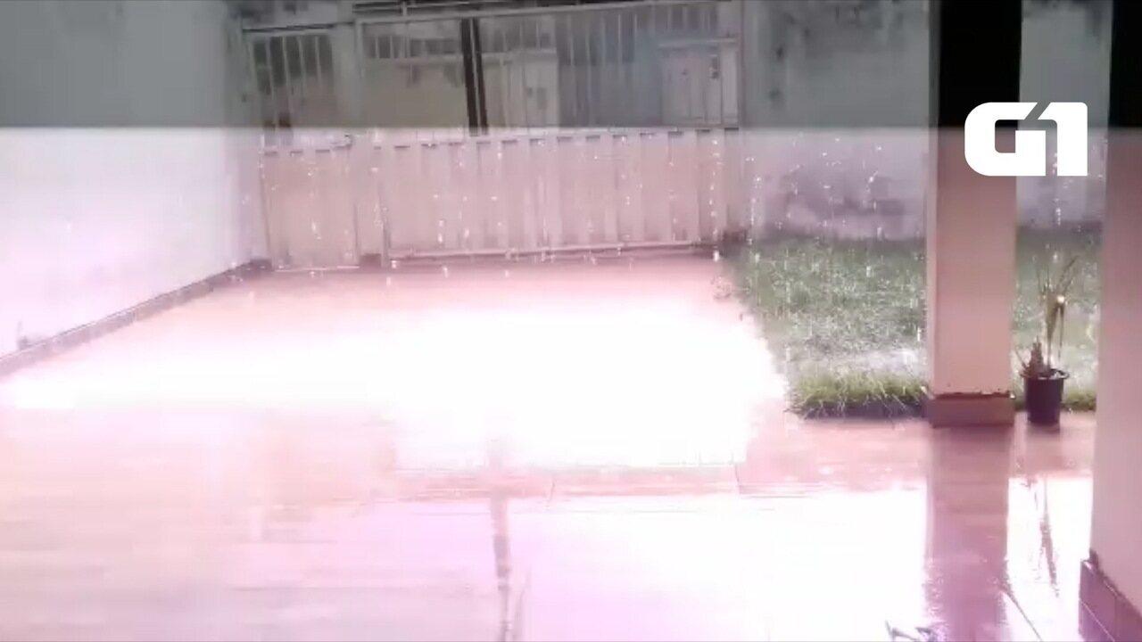 Raio cai enquanto mulher faz vídeo de chuva em Palmas