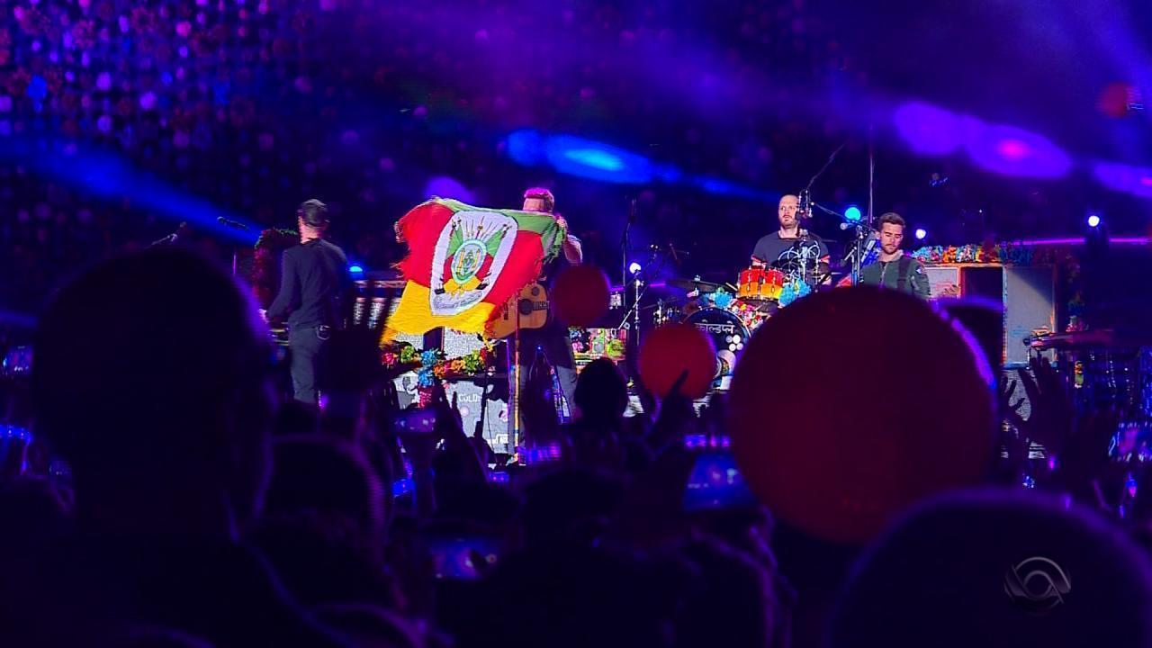 Vocalista do Coldplay demonstra carinho com o público e exibe bandeira do RS