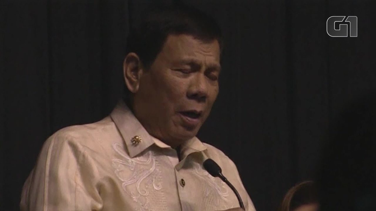 Presidente das Filipinas canta a pedido de Donald Trump