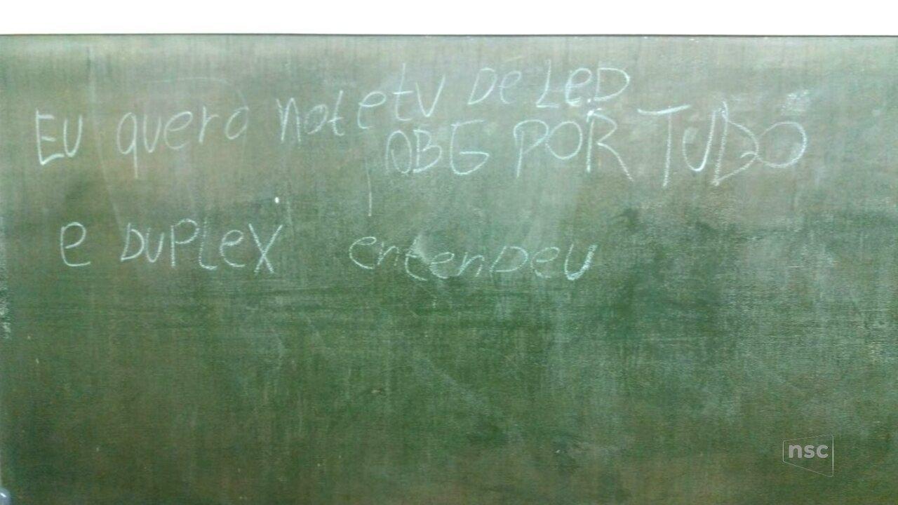 Escola é arrombada em Ascurra e bandidos deixam recado em quadro: 'quero not e TV de led'