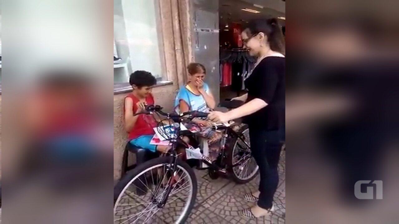 Mulher realiza sonho de menino que pediu bicicleta na rua em Assis e vídeo viraliza