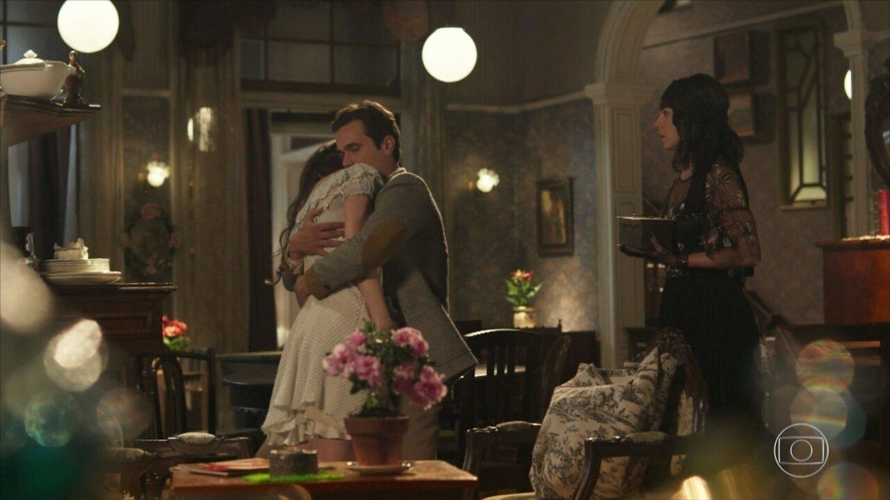 Reveja a cena: Lucinda entrega as supostas cinzas de Inácio a Maria Vitória