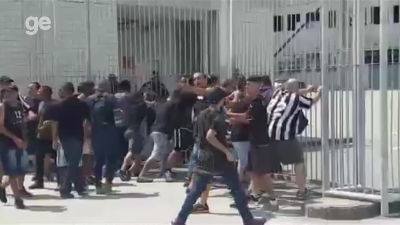 0b60f43071 Grupo arromba portão e invade gramado do Nilton Santos  Botafogo ...