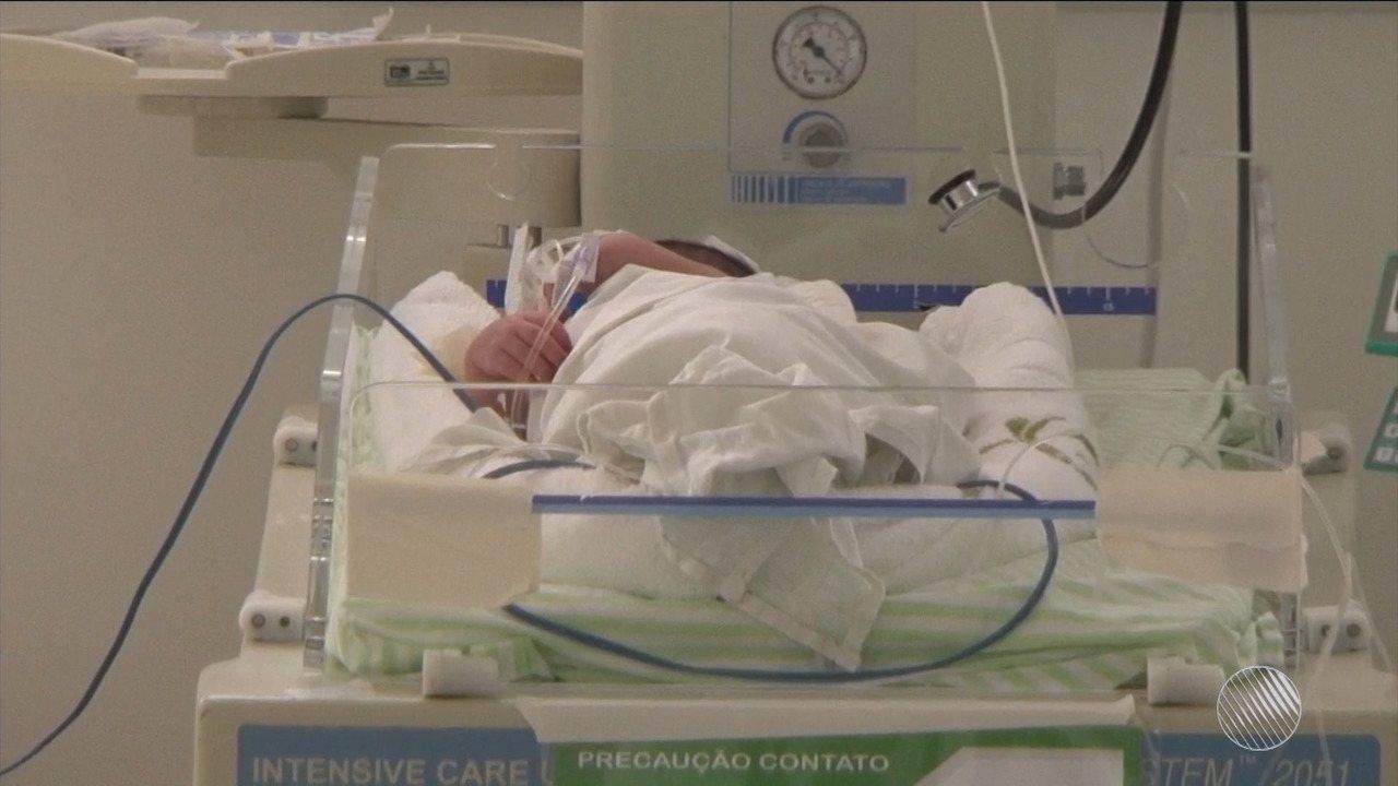 Bebê recém-nascido é deixado em porta de casa em Feira de Santana