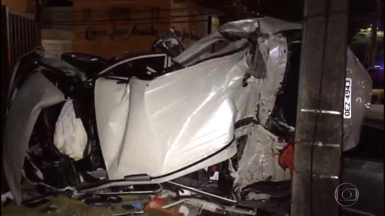 Motorista bêbado avança sinal, bate em carro com família e deixa três pessoas mortas