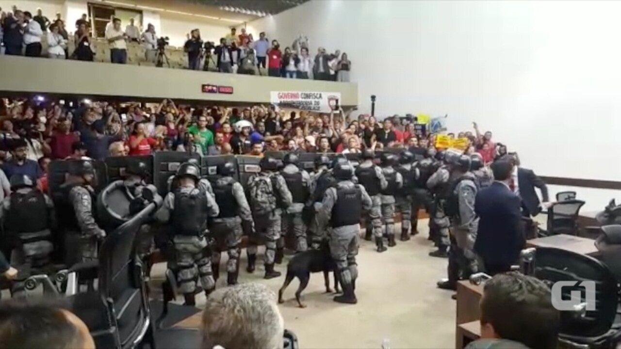 Choque isola cadeiras de deputados e mesa da Assembleia de MS de plenário