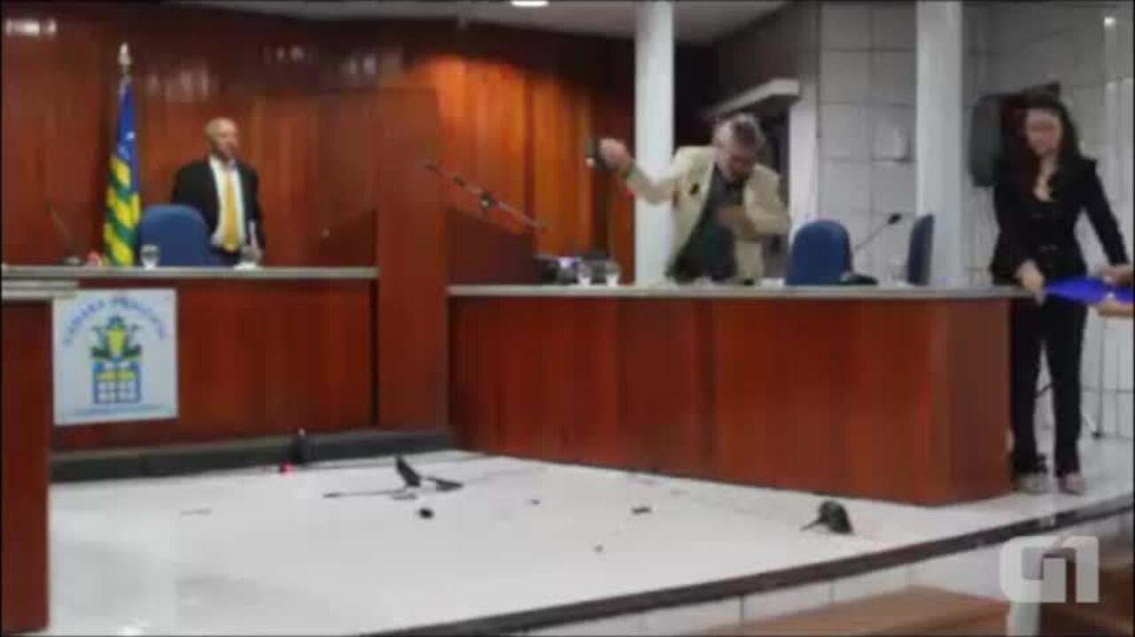 Vereador Rubens Alencar promove quebra-quebra na Câmara de Valença