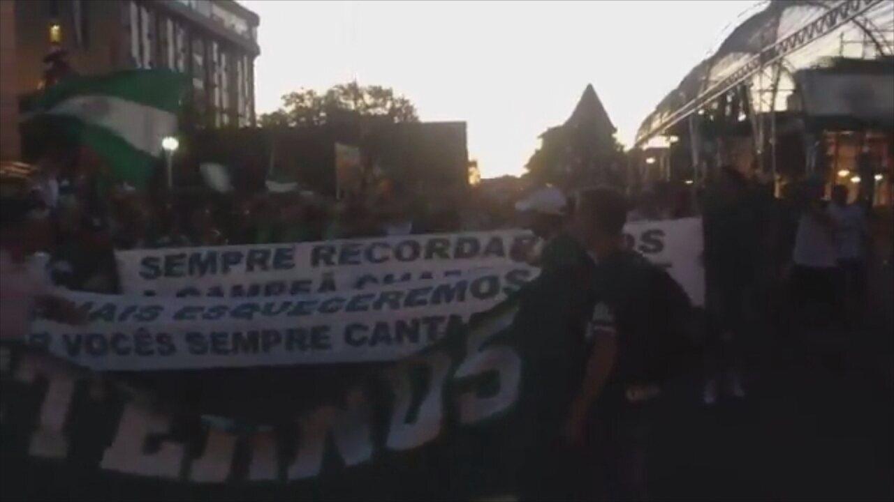 Torcedores da Chape homenageiam vítimas em frente à Catedral Santo Antônio