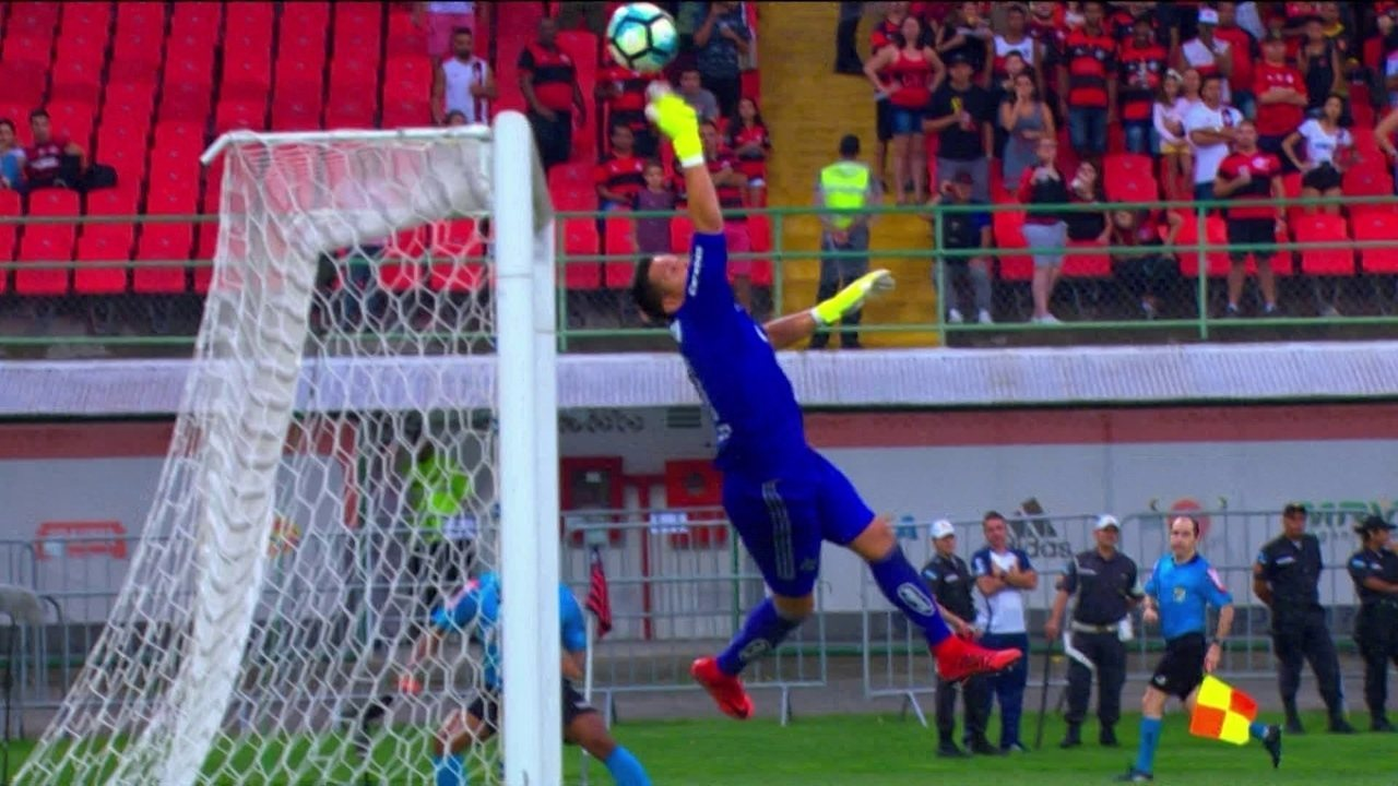 Douglas, Fábio, Diego Alves, Victor ou Martin Silva: quem fez a melhor defesa de novembro?