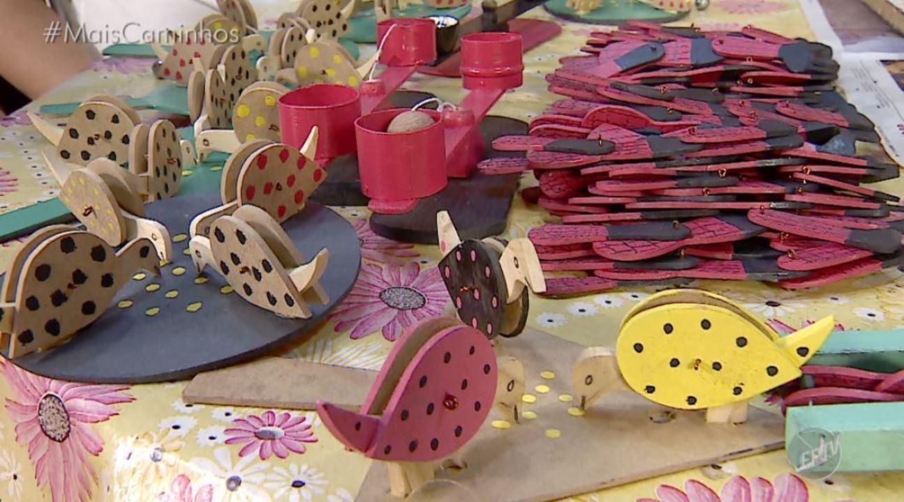 Aposentado produz, artesanalmente, brinquedos de madeira