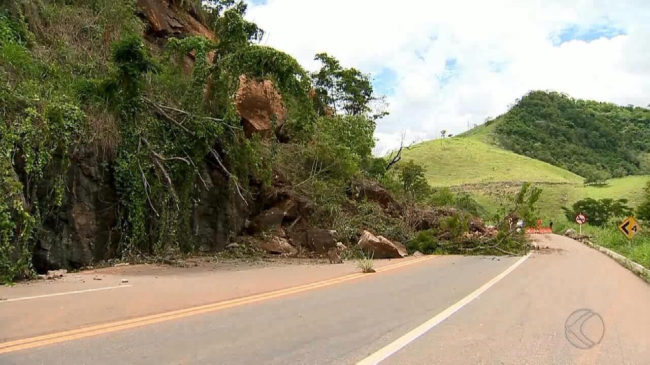 Desabamento de encosta interdita a BR-116, em Muriaé