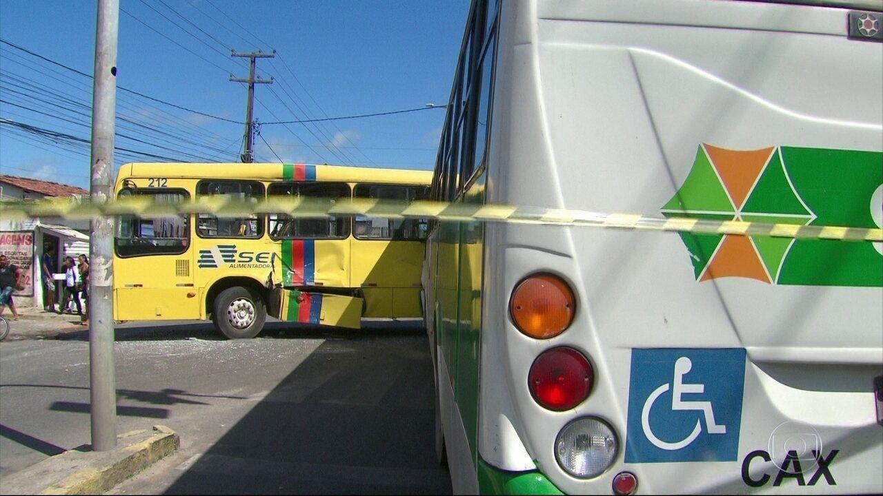 Acidente entre dois ônibus deixa 16 pessoas feridas em Olinda