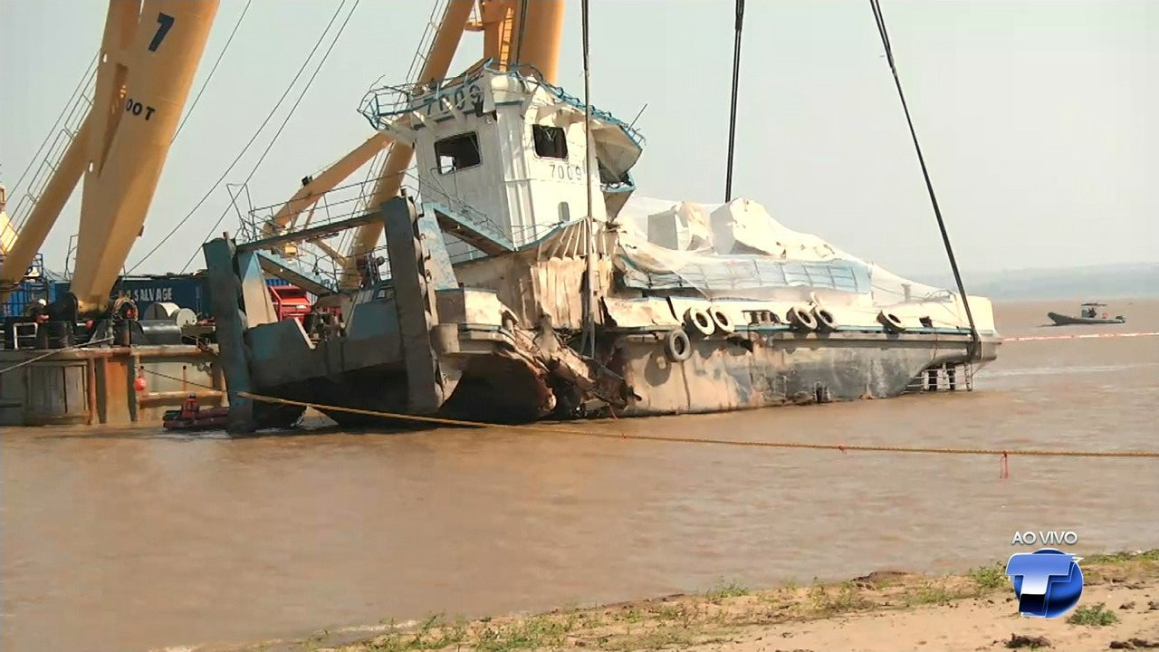 Iniciado içamento de rebocador naufragado em Óbidos, no Pará