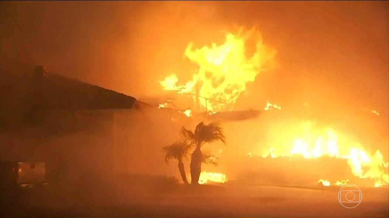 Incêndios na Califórnia fazem autoridades determinarem a retirada de 200 mil pessoas