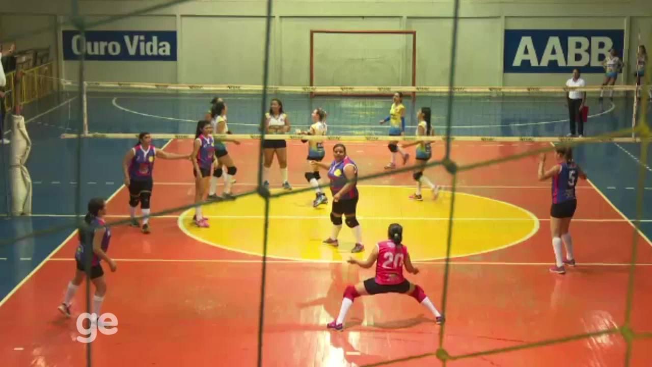Atleta acima do peso 'quebra padrões' nas quadras e se destaca no vôlei e no futsal