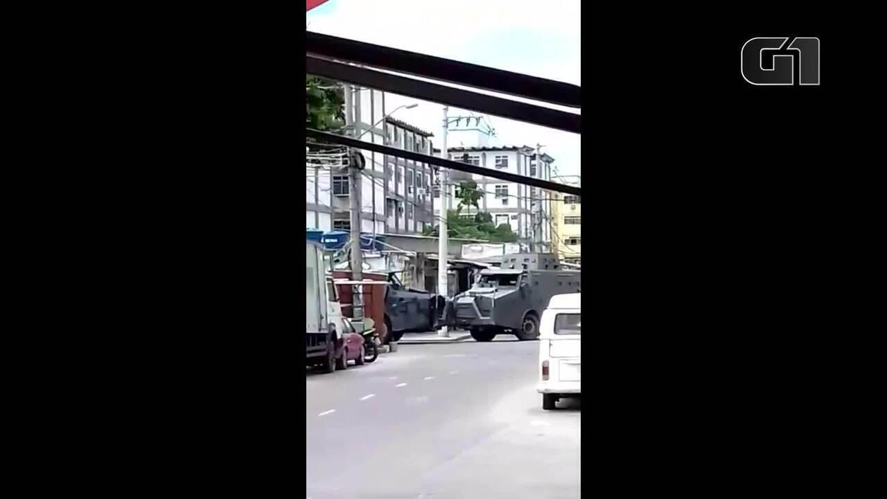 Helicóptero sobrevoa o Complexo da Maré em mais um dia de operações policiais