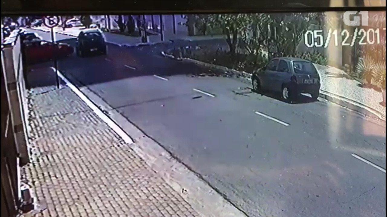 Mulher causa acidente no Cabo Branco e foge para rio de João Pessoa