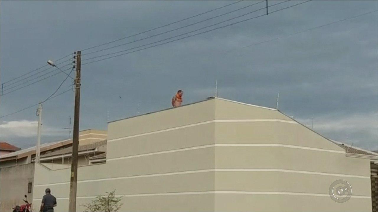 Homem suspeito de tráfico de drogas sobe em telhado e é cercado pela polícia em Ourinhos