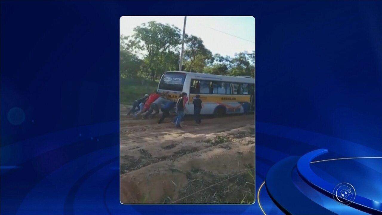 Vídeo mostra crianças empurrando ônibus escolar atolado no barro em Paranapanema