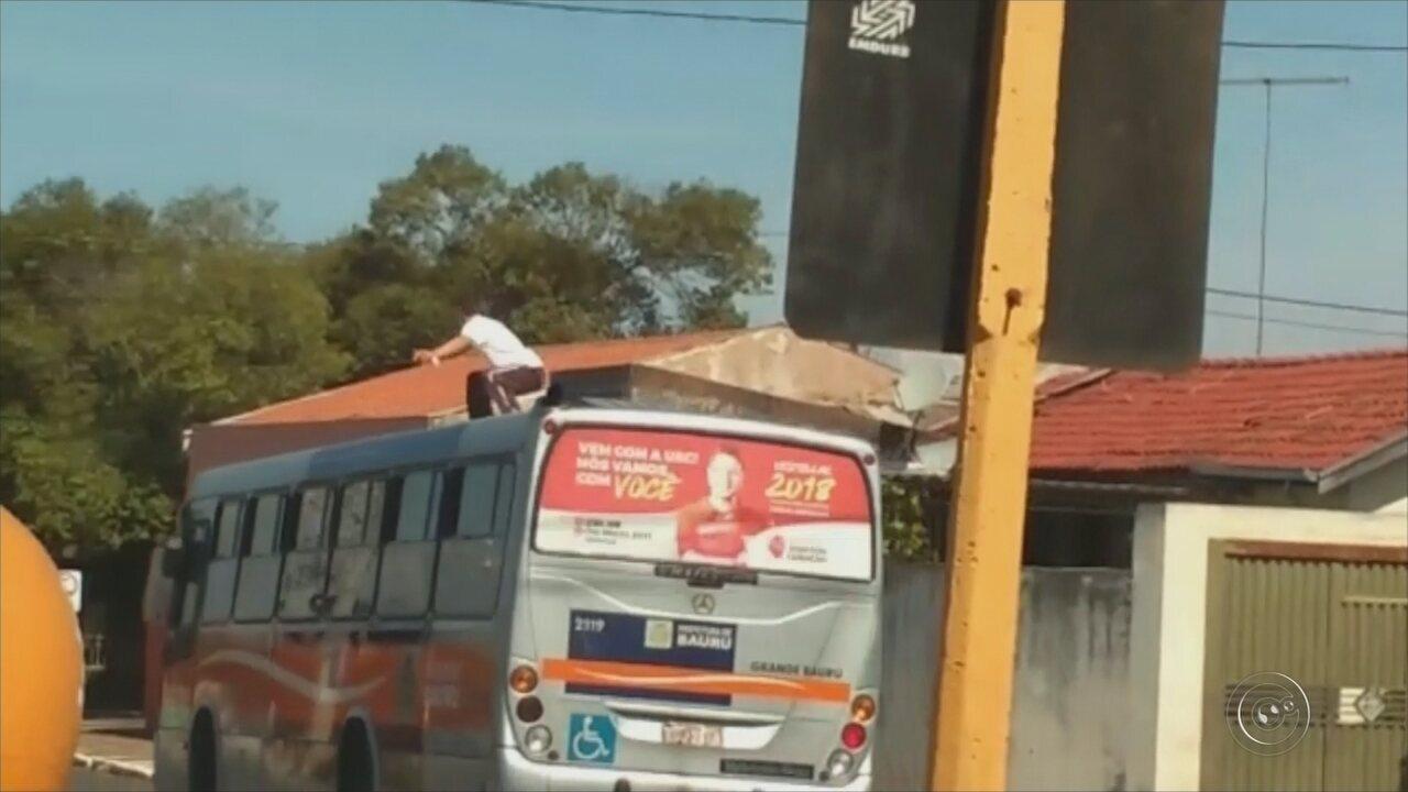 Morador de Bauru faz 'surfe' em teto de ônibus