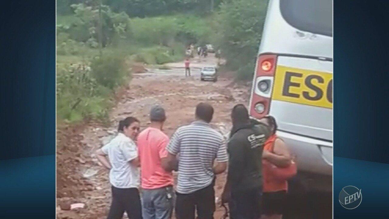 Ônibus escolar atola durante chuva em rua de Mogi Mirim