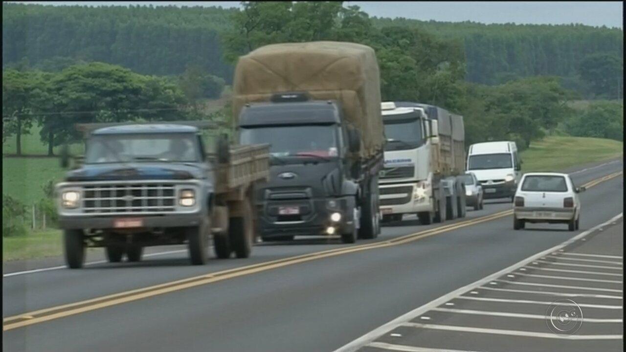 Trabalhadores rurais ficam feridos após Kombi capotar em rodovia de Avaré