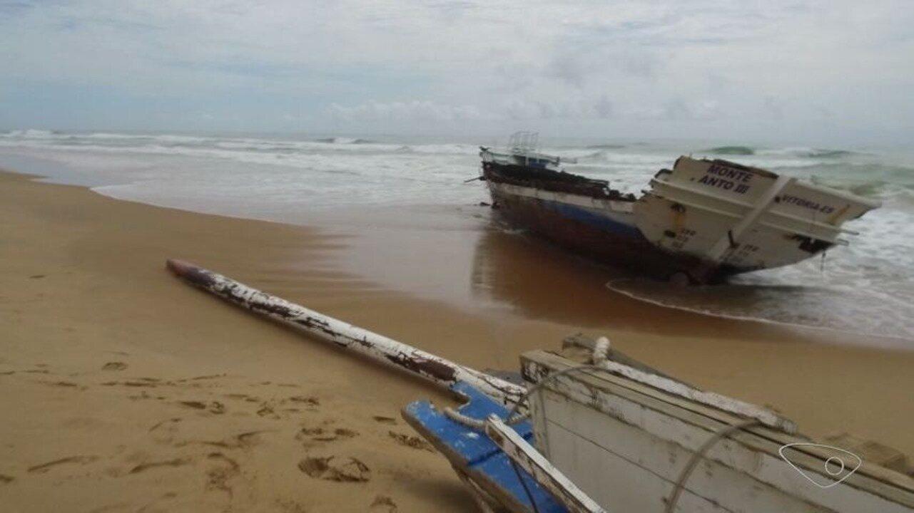 Escuna destruída aparece na areia da Praia d'Ulé, em Guarapari, ES