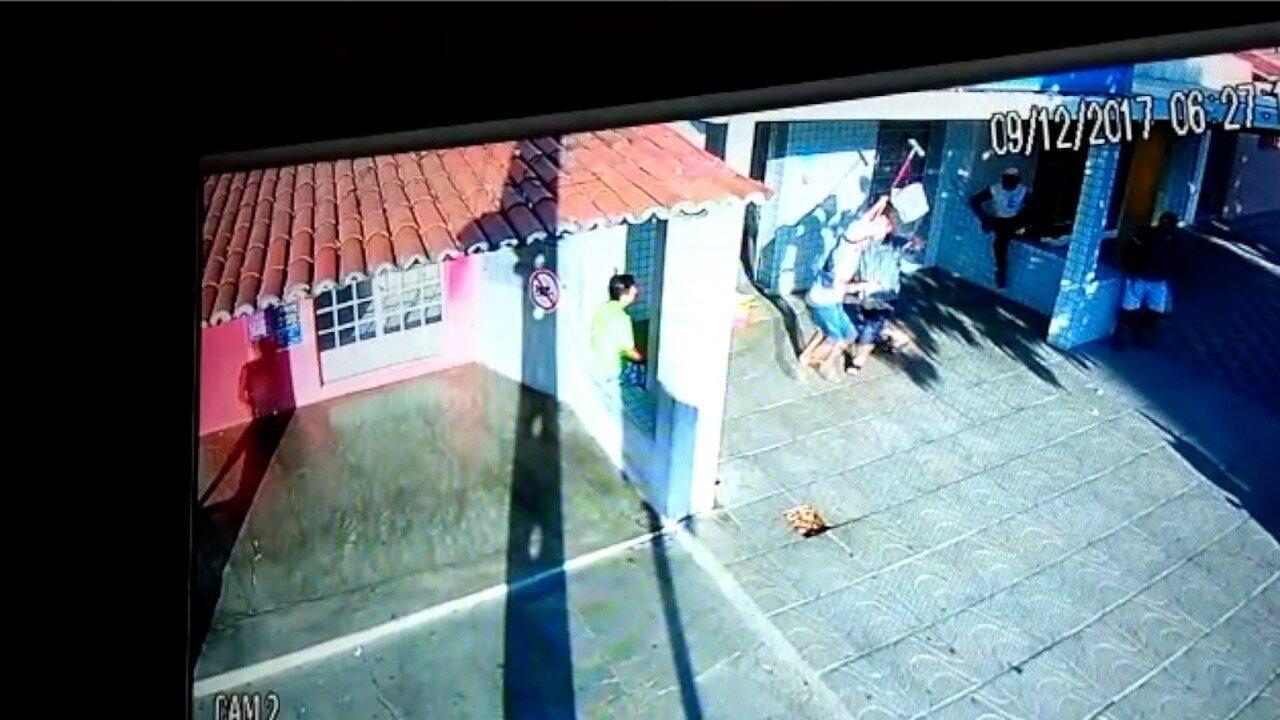 Dono de lotérica reage a assalto com vassouradas em Acari, RN