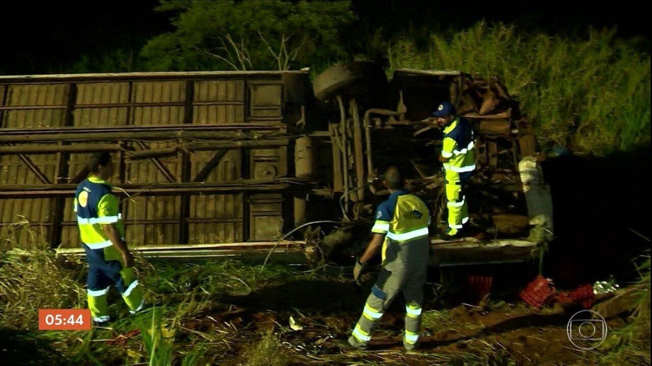 Ônibus de sacoleiros cai em ribanceira depois de bater em caminhão em Parapuã (SP)