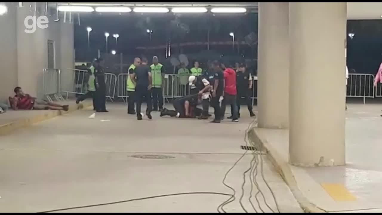 Torcedores do Flamengo tentam invadir perto da área da tribuna de honra