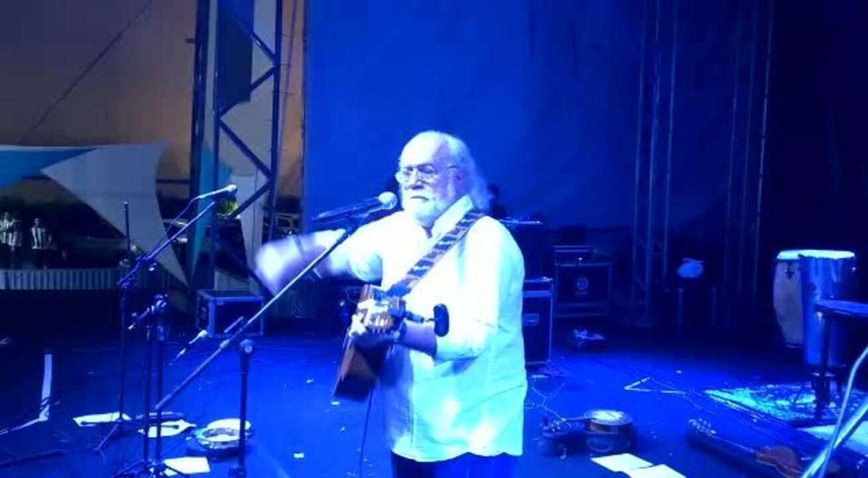 Acompanhado pela torcida, Eliezer Setton canta música do CSA