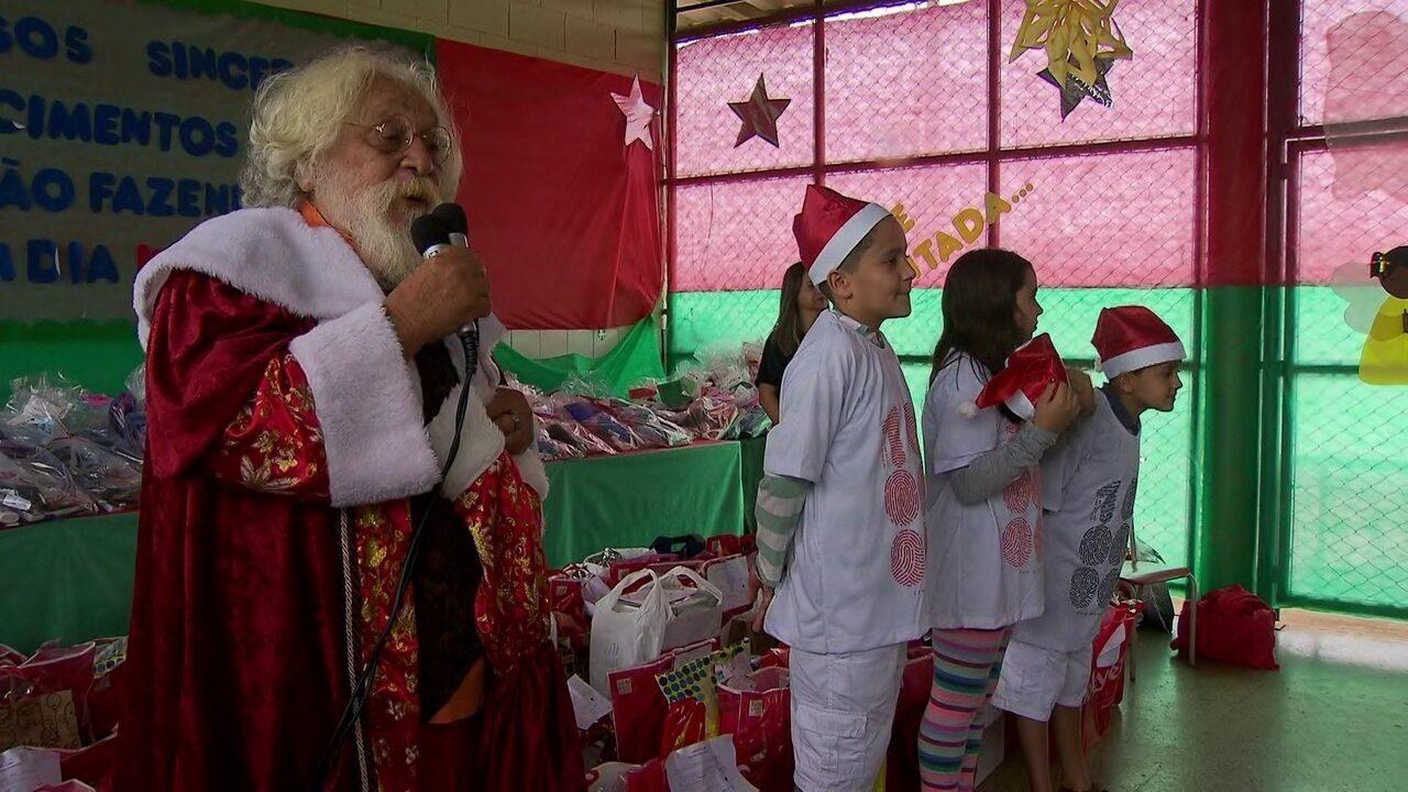 Vestido de Papai Noel, ator Andrade Júnior entrega presentes a crianças de projeto social