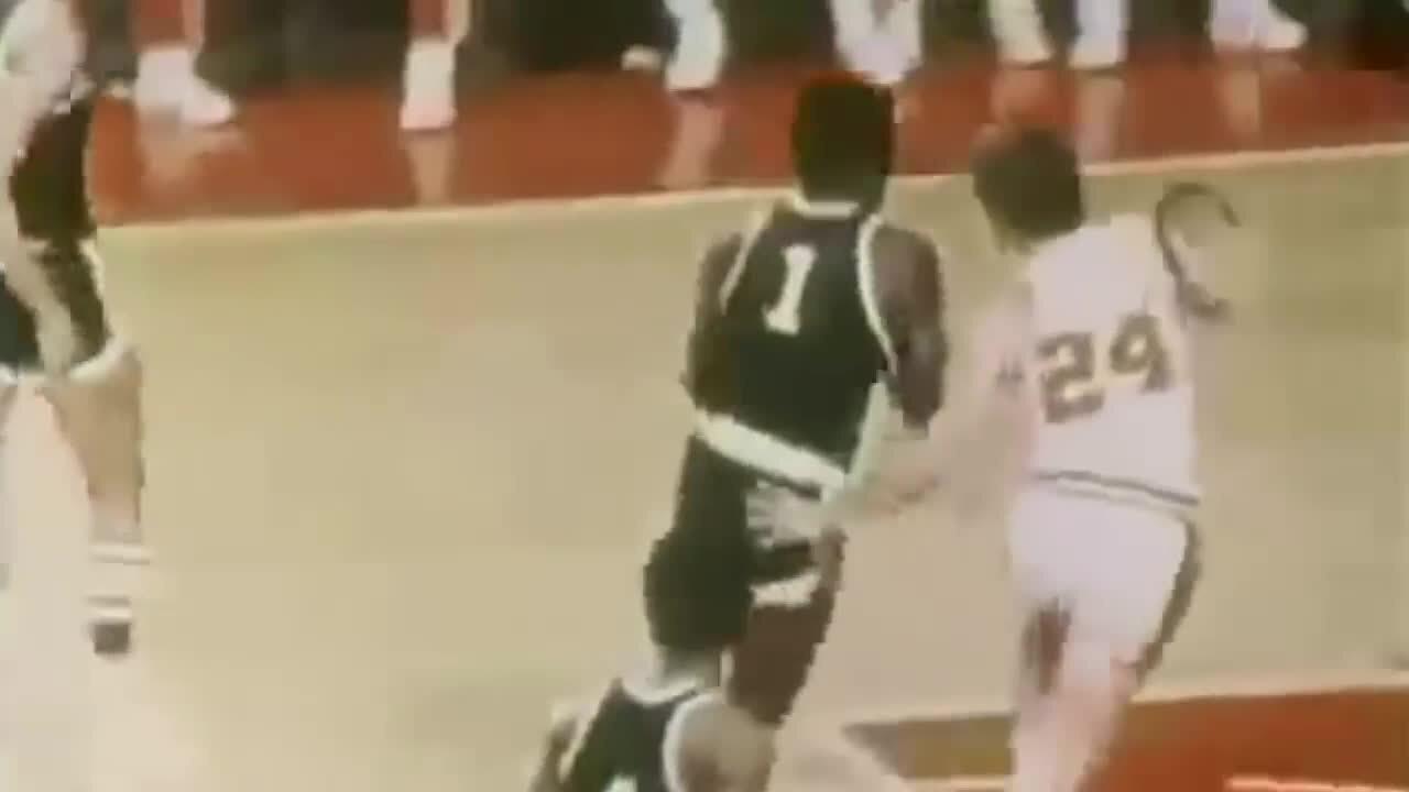 Veja vídeo de Oscar Robertson, considerado o Mister triplo duplo na NBA