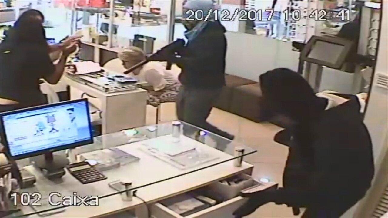 Câmeras de segurança flagram assalto a joalheria em shopping de Florianópolis