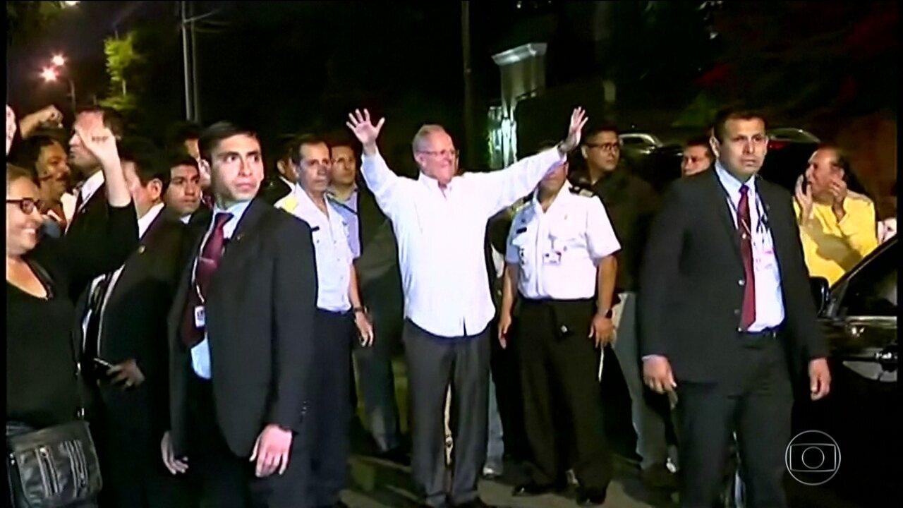 Presidente do Peru consegue se livrar de impeachment