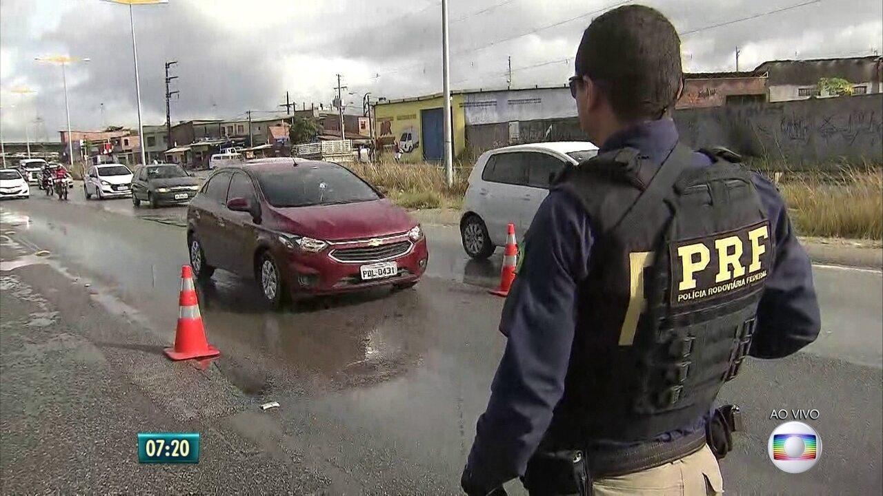 PRF faz operação para alertar motoristas sobre cuidados na direção