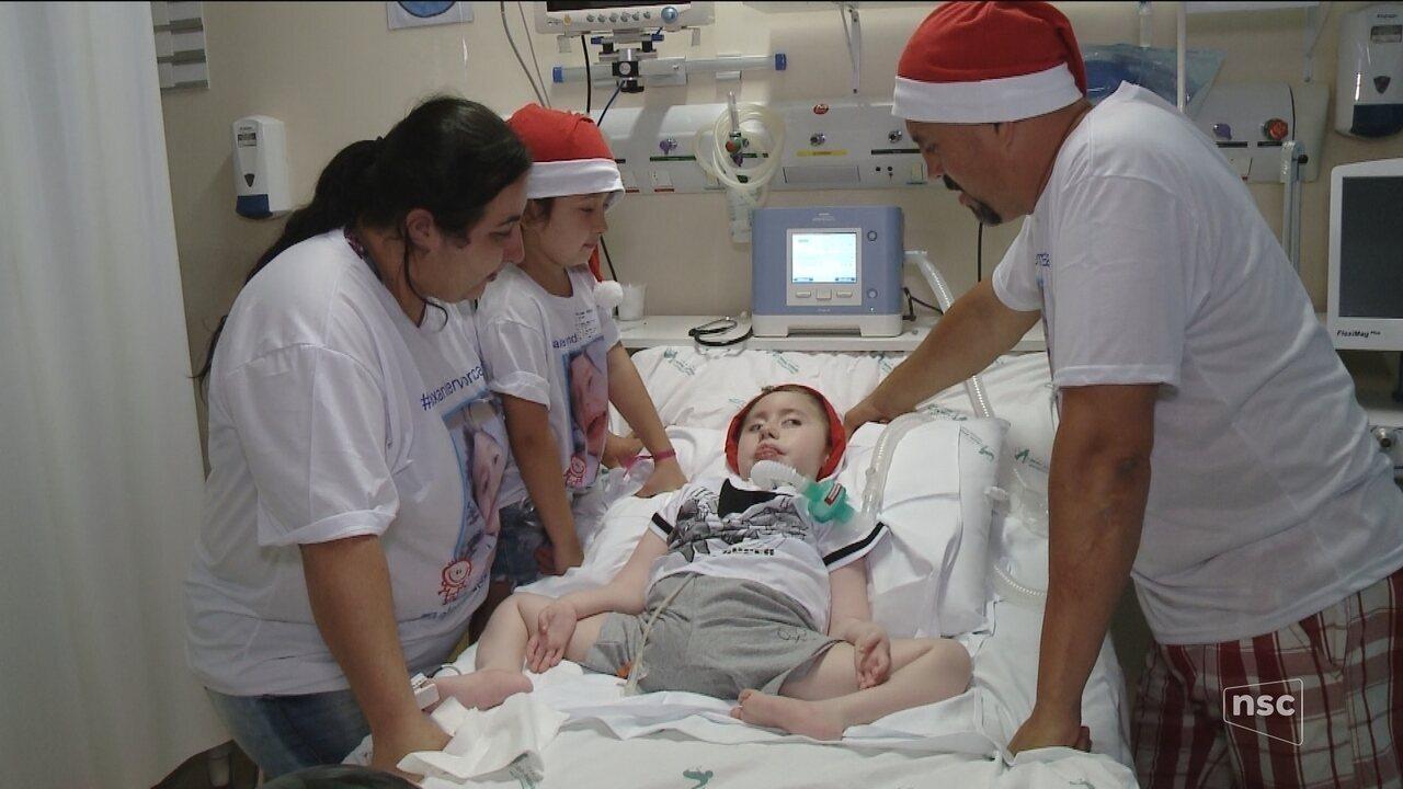 Menino de 5 anos com doença degenerativa terá seu primeiro Natal fora do hospital