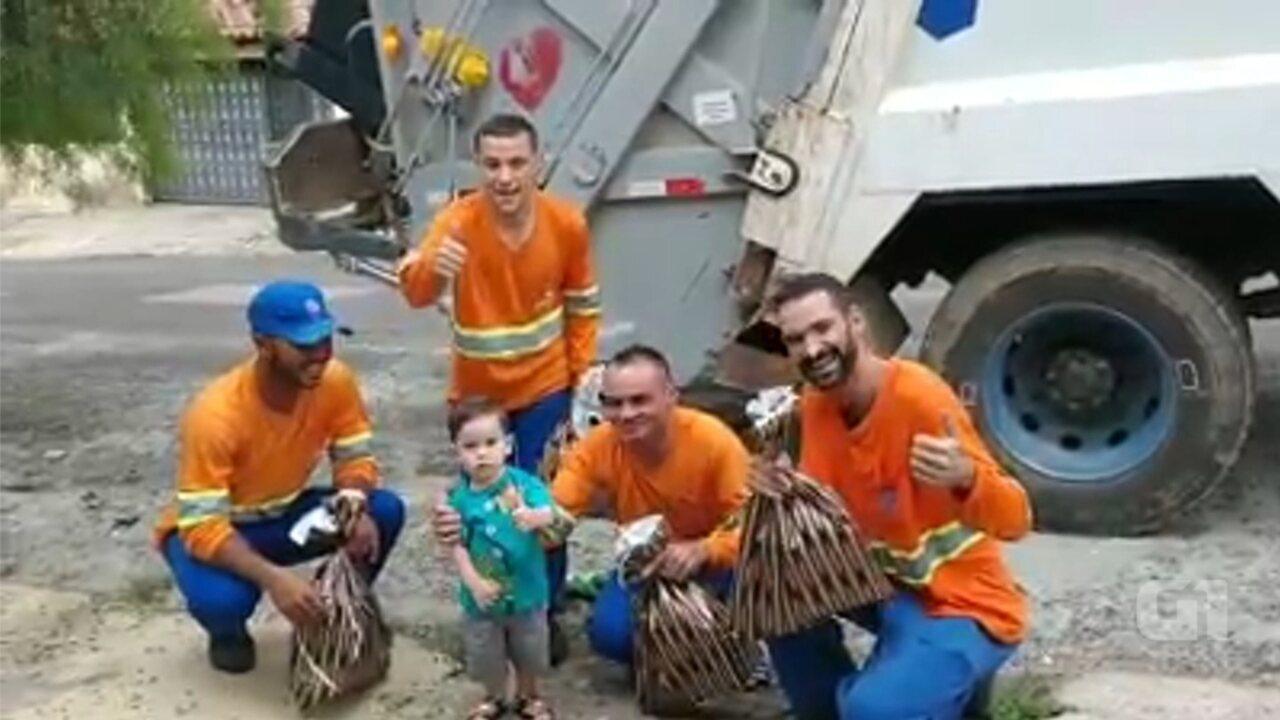 Apaixonado por caminhão de lixo, menino dá presente de Natal para coletores em Itu
