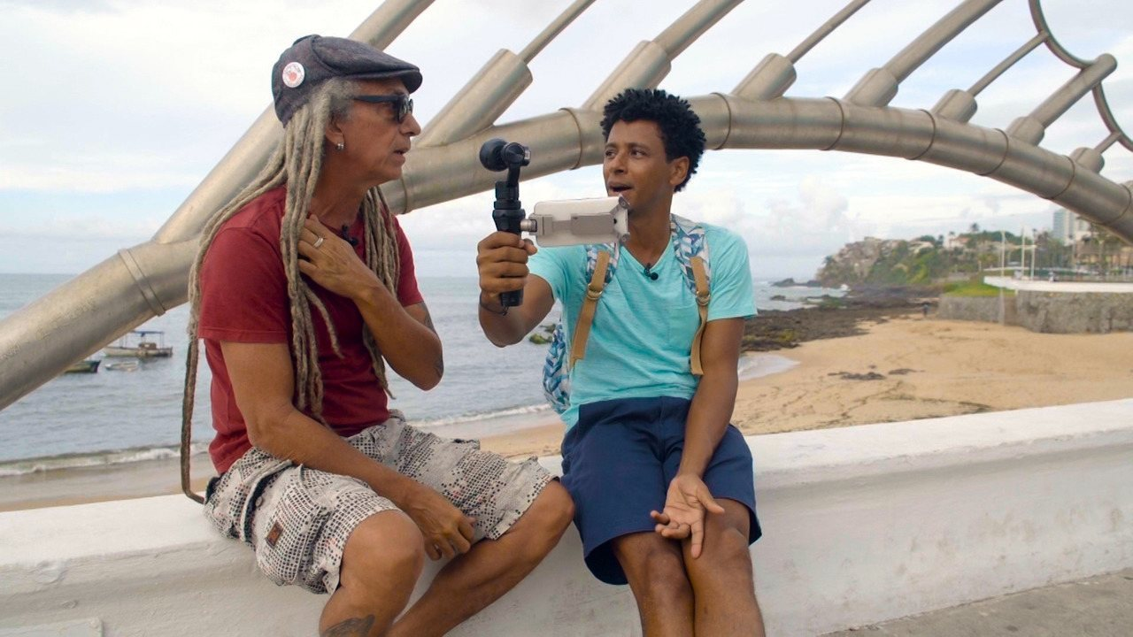 O 'Vumbora' faz um passeio pelo Rio Vermelho com o guia Ruy Santana