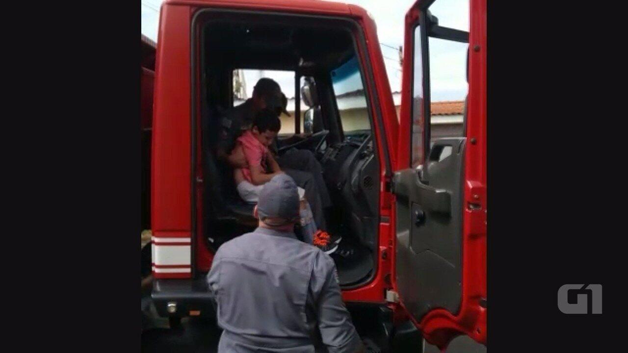 Menino com deficiência realiza sonho de passear no caminhão do Corpo de Bombeiros