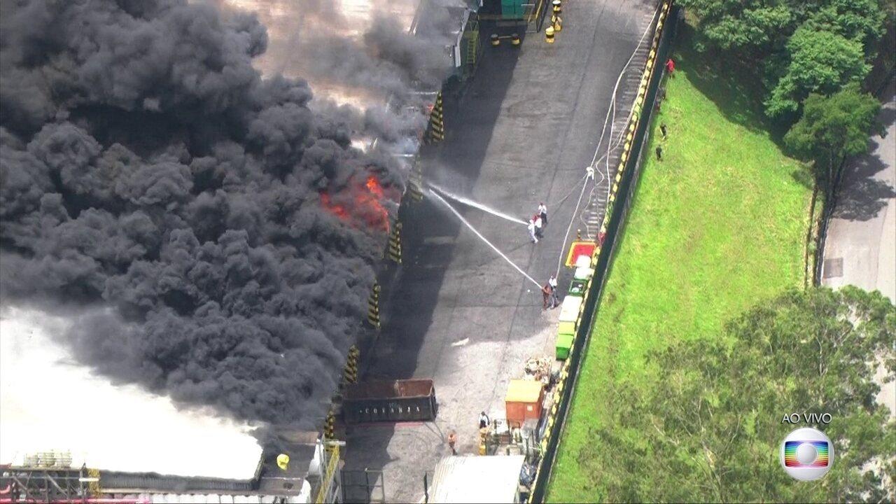 Depósito de supermercado pega fogo em São Paulo