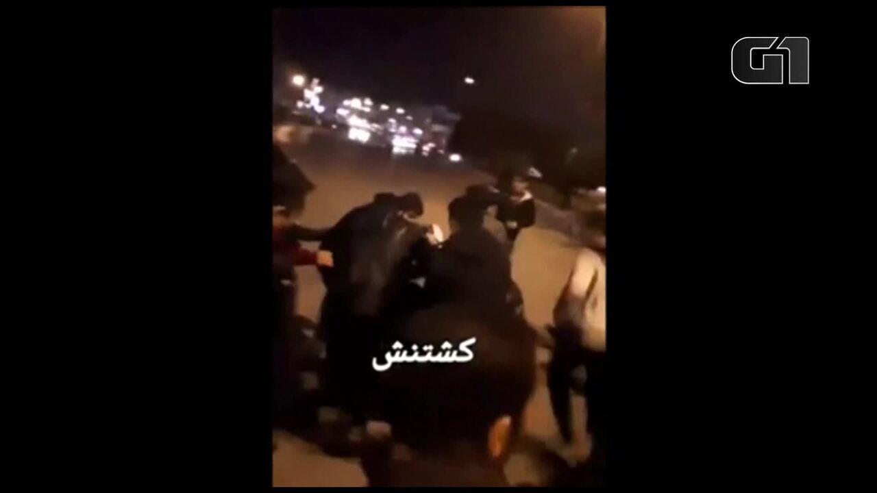 Homem ferido é levado por ruas da cidade de Dorud, no Irã