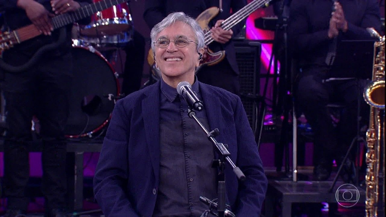 Caetano Veloso encerra cantando 'Sozinho'