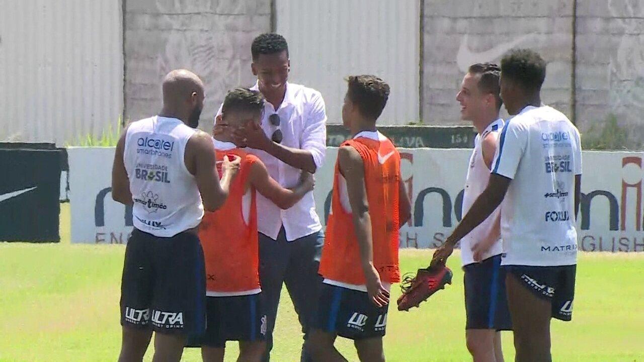 Jô se despede do Corinthians durante treino no CT